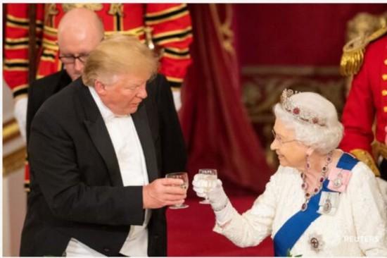 国宴�9ce_特朗普和英国女王在国宴上举杯敬酒.图源:路透社