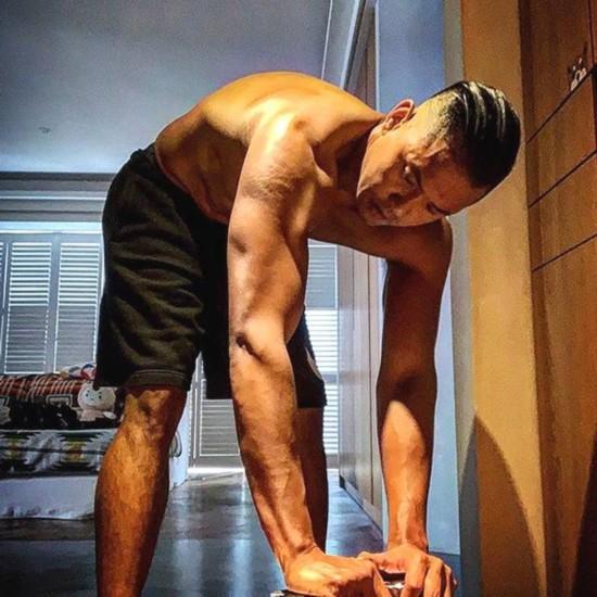 42岁陈建州晒健身照肌肉紧实自曝怕回到125公斤