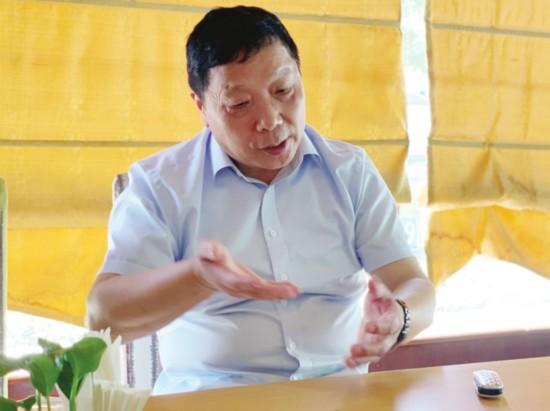 上图为黄诚在接受记者采访。□记者 薛卿 摄