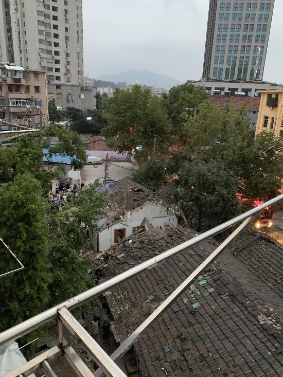 南京一平房爆燃致6人受伤 目击者称有房顶被掀翻