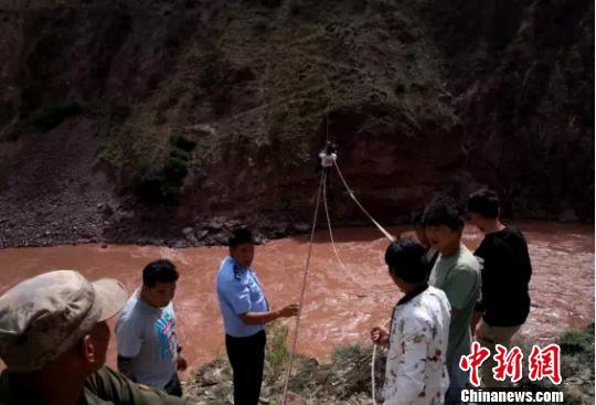 <b>两人被困澜沧江上空索道 警民协作上演生死救援</b>