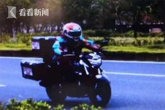 """男子骑车超速掏""""地球通行证"""" 民警:不属于官方"""