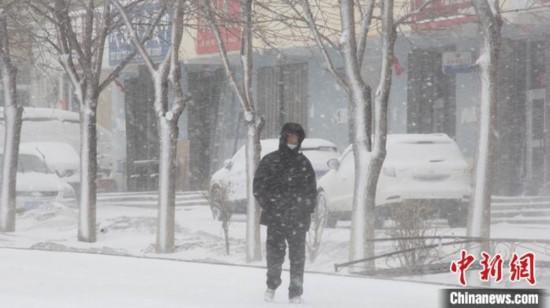 资料图:3月23日,新疆北部降雪,居民冒雪出行。 孟瑞丽 摄