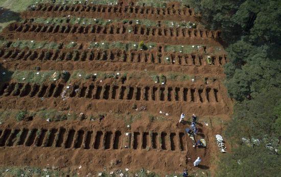 圣保罗市郊外的一处公共墓地(美联社)