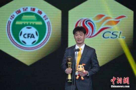 资料图:2019中超联赛年度颁奖典礼,李霄鹏获得最佳教练奖。 张亨伟 摄