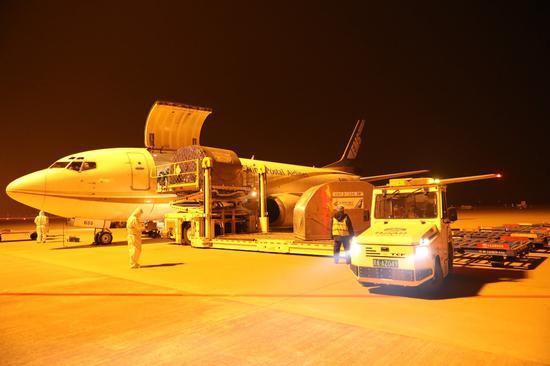 1月24日21时37分,载有10吨货物的中国邮政航空南京-石家庄CF900T航班降落在石家庄机场。周雨摄