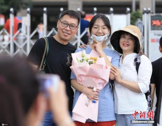 资料图:6月8日,全国多地高考结束,考生们走出考场与守候多时的家长相拥庆祝 场面温馨感人。图片来源:ICphoto