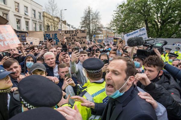 切尔西的抗议球迷阻拦球队大巴,切赫出面劝说球迷。