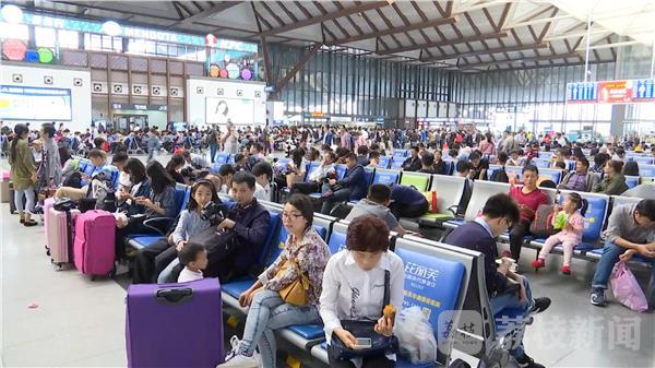 """苏州站迎客流高峰 """"双节""""期间预计发送旅客177万人"""