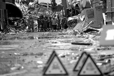 昨天,消防员在转移受损厂区内的危化品。京华时报记者谭青摄