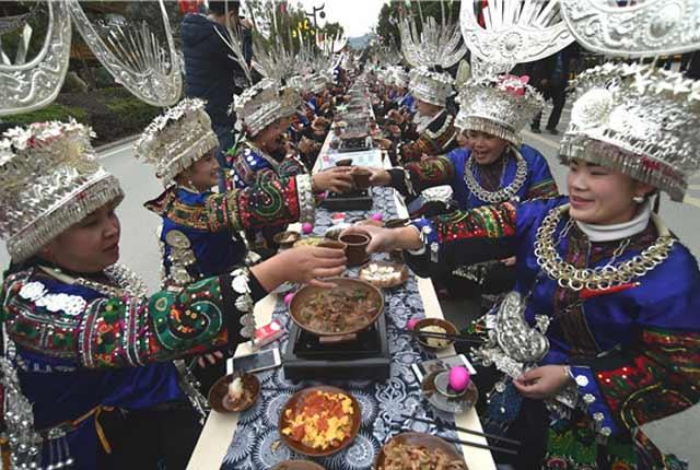 """贵州黔东南:5000苗族同胞着银饰盛装长桌宴迎""""苗年"""""""