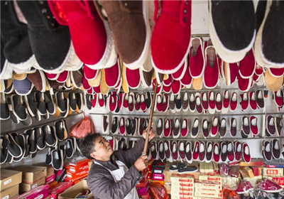 Comfortable handmade cloth shoes popular in east China's Jiangsu