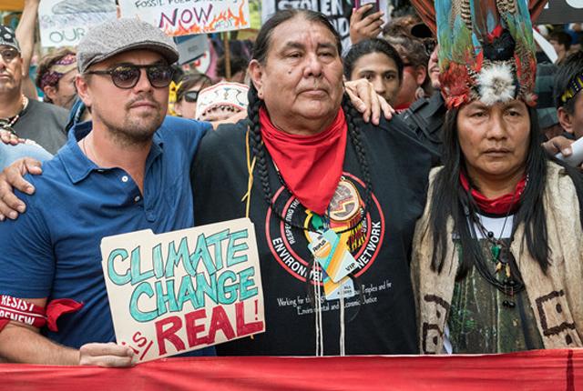 """""""小李子""""现身气候游行抗议特朗普环境政策  与原住民手牵手高举标语"""
