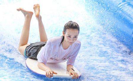 王鸥泰国水上乐园湿身冲浪好欢乐