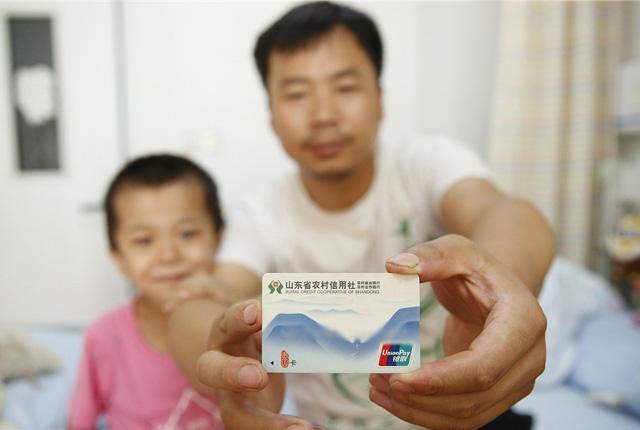 山东淄博:吃7元的面给100元 市民爱心接力救助白血病男孩