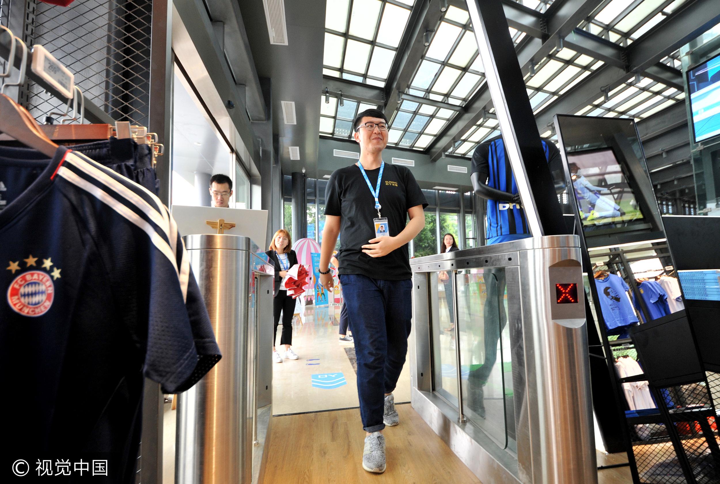 南京首家无人超市开业 消费者刷脸消费