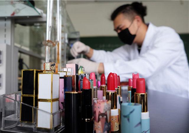 南京:大学生自制口红送女友 原料天然口红可食用