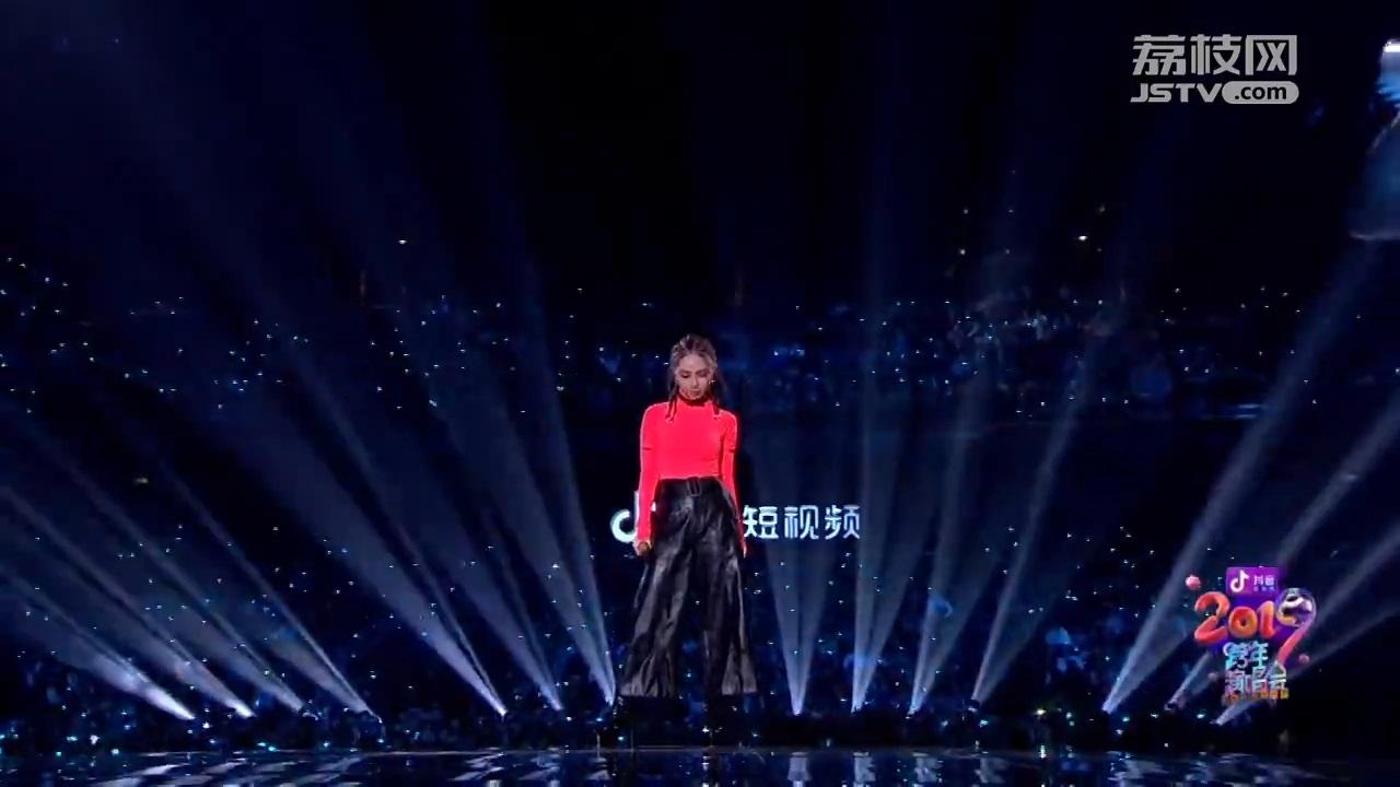 2019江苏跨年丨邓紫棋皮裤+粉色紧身衣造型亮相 告诉你如何保持身材