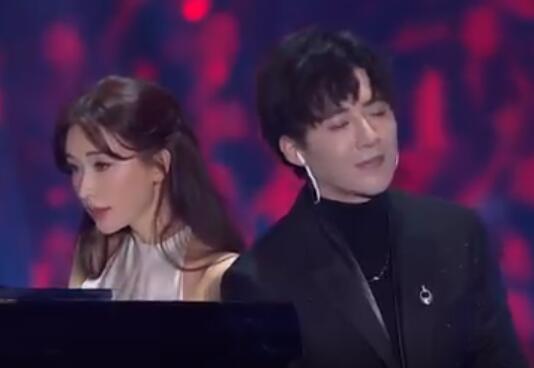 2019江苏跨年丨林志玲钢琴solo惊艳全场 与刘宇宁同台演绎《说散就散》