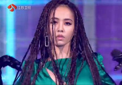 """2019江苏跨年丨脏辫+性感长裙+超稳发挥 蔡依林""""怪美的""""!"""