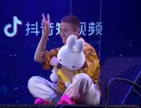 2019江苏跨年丨陈伟霆《1121》吊威亚 抱着兔子出场可爱到爆