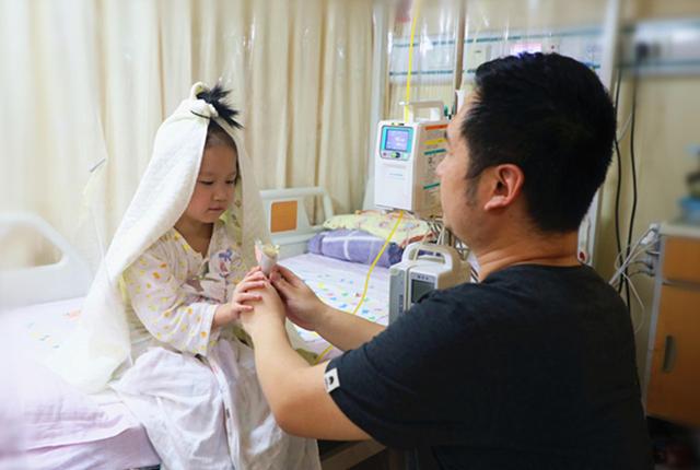 """北京:4岁女童患罕见病岌岌可危 病房里""""嫁""""给爸爸"""