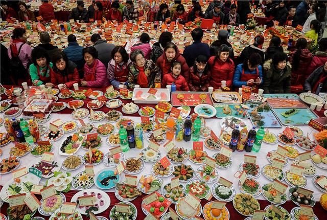 武汉百步亭社区万家宴热闹开席 13200道菜肴共度小年