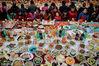 """2018年2月9日,农历小年,武汉百步亭社区第十八届""""走进新时代·共筑中国梦""""万家宴热闹开席。社区居民端出自创的13200道菜品,摆满党群活动中心主会场和10个分会场,4万多个家庭欢聚一堂。"""