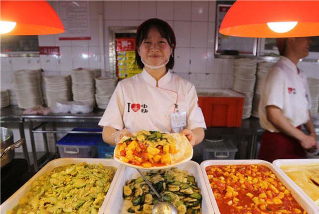 """郑州:高校食堂现""""黑暗料理"""" 炒香蕉炒菠萝受热捧"""