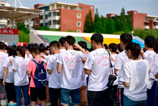 山东青岛:高校举行毕业典礼 文化衫留言成风景线