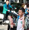 2018年9月10日,南京。当日是第三十四个教师节,南京一小学的小学生们带了鲜花送给自己的老师,祝福老师们教师节节日快乐。
