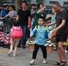 2018年9月10日,南京。当日是第三十四个教师节,南京一小学的小学生们带了鲜花送给自己的老师,祝福老师们教师节节日快乐。在中国,教师是太阳底下最光辉、最快乐、最崇高的职业,也是责任最重大的职业。姚家/视觉中国