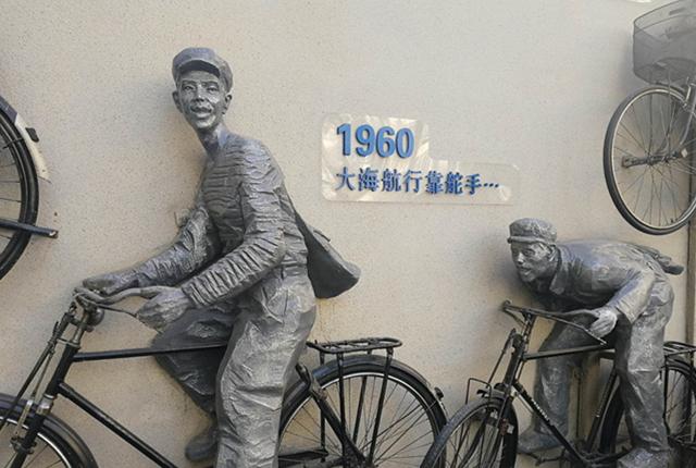 """北京:废旧自行车""""上墙""""成雕塑 展现新中国发展历程"""