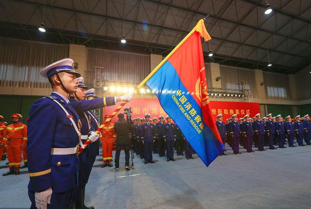 湖北襄阳:消防救援支队举行迎旗、授衔和换装仪式-荔枝网图片