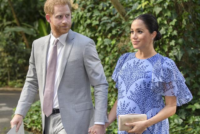梅根王妃穿长裙挺大肚小心翼翼 牵哈里王子手参观摩洛哥王室官邸