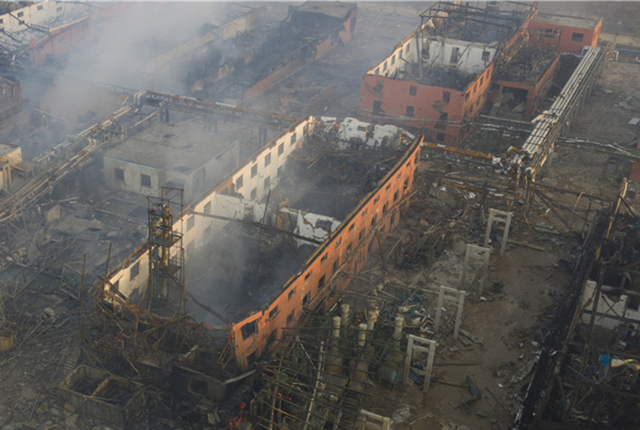 江苏盐城:浓烟散去响水爆炸核心区现巨坑 直径超百米