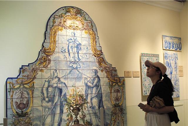 """北京:""""釉彩国度——葡萄牙瓷板画500年""""展在故宫开幕"""