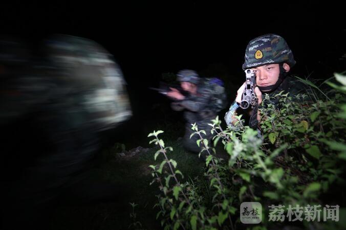 """24小时昼夜无眠,湖北武警为骗鸡蛋异地租房特战队员穿越""""黑风寨"""" 荔枝军事"""