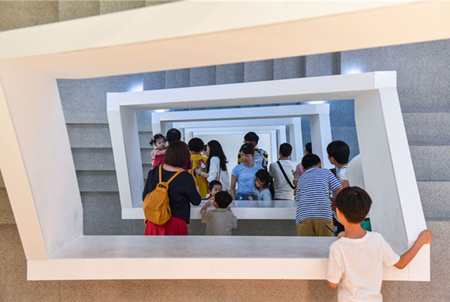 """北京:""""太虚之境""""亮相中央美院 吸引市民前来打卡"""
