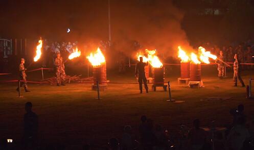 篝火晚会歌手比赛,这样的国庆中秋双节晚会燃点十足|荔枝军事