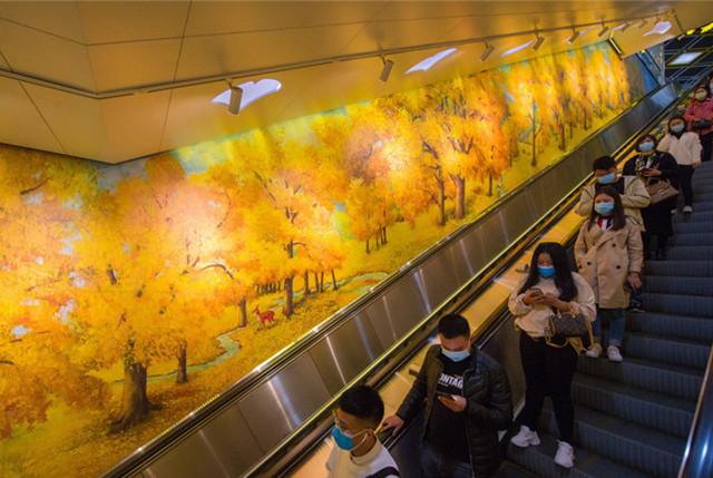 """成都一地铁站开启赏秋模式 乘客争相打卡穿越""""童话世界"""""""