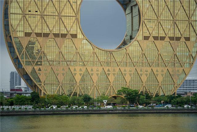 """航拍""""广州圆""""大厦  造型奇特网友称其为""""铜钱大楼"""""""