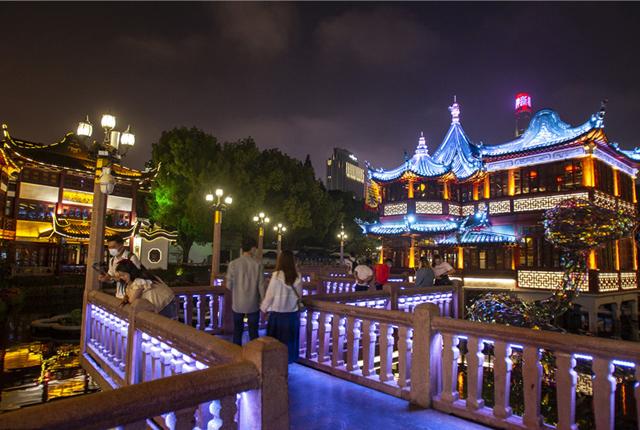上海豫园九曲桥夜景迷人 绚丽夺目吸引游客