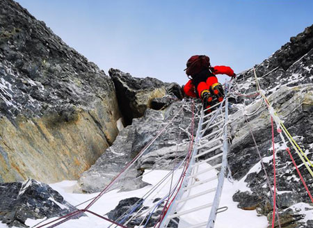 Chinese expedition conducts surveying atop world's highest peak