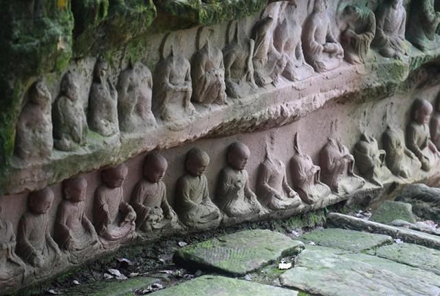 重庆沉睡千年石佛寺再露真容,470多尊佛像开凿在一块巨石上!