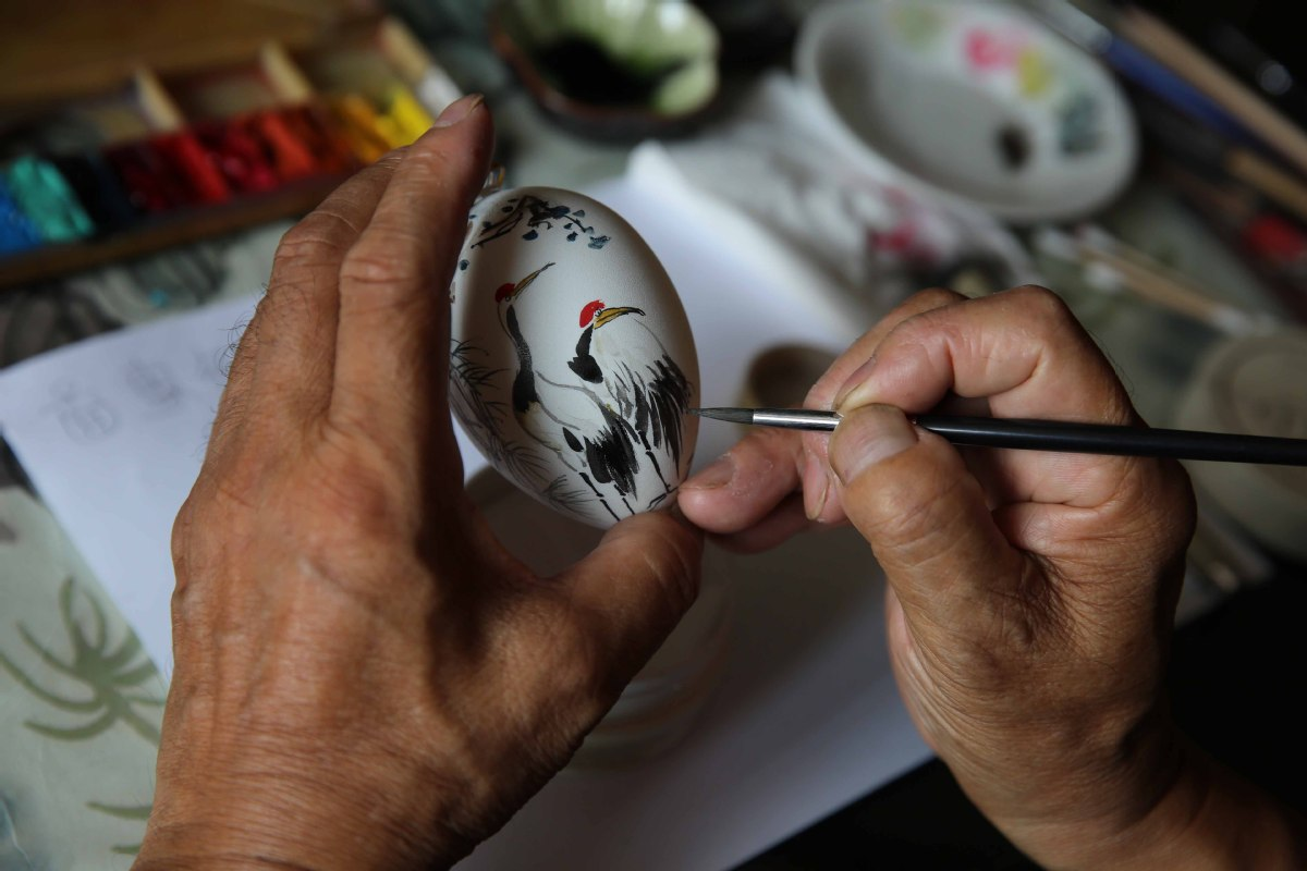 Nantong retiree crazy about egg painting
