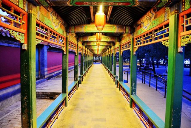 夜色降临 北京颐和园长廊多彩迷人