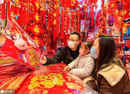 江苏海安:春节将至 市民选购饰品迎新年