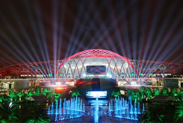 昆明:COP15大会开幕 滇池国际会展中心流光溢彩