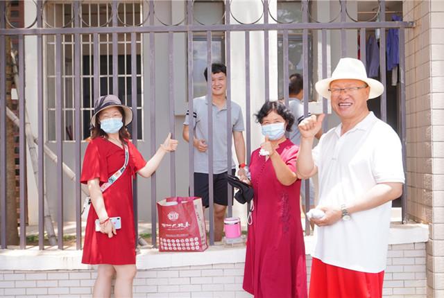 广东惠州:高考第一科考试结束 考生在围墙边享用